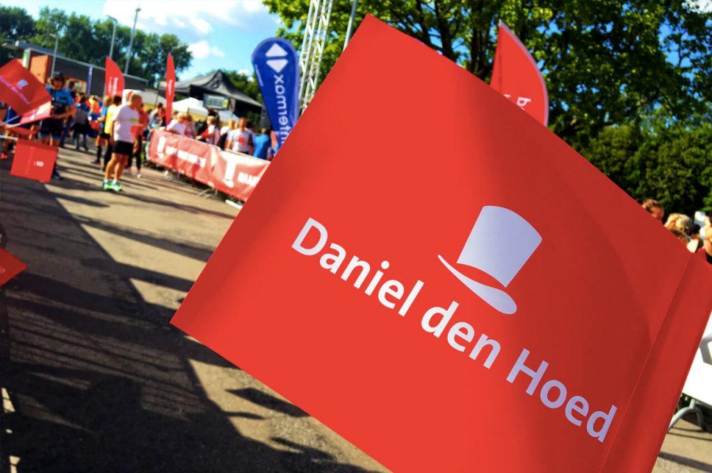 Aanmoedigingsvlaggetje met het logo van Daniel den Hoed