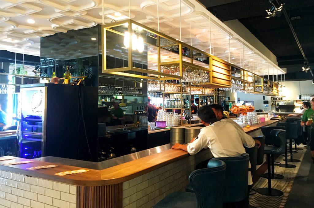 Andere kant van de bar bij de Gele Kanarie