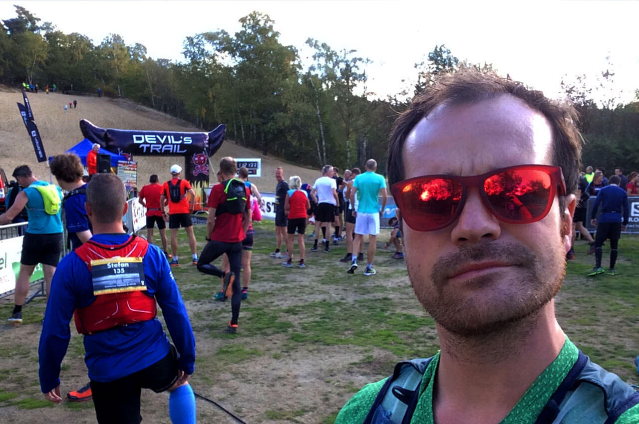 Ik bij de start van de Devil's Trail met hardloop zonnebril