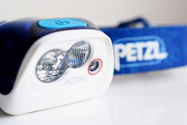De Petzl Aktic hoofdlamp voor hardlopen in het donker