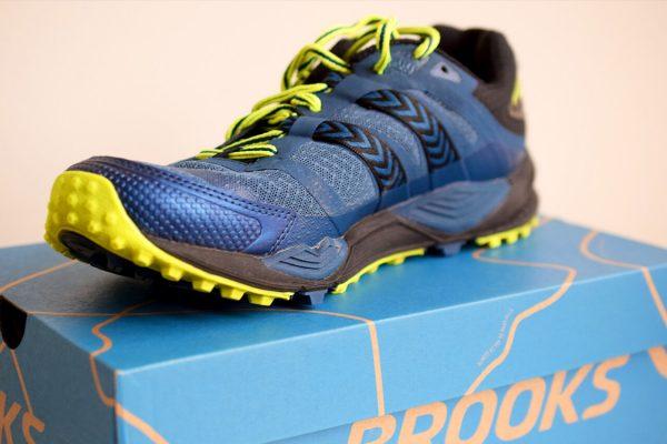 Brooks Cascadia 12 trailrunning schoen op de schoenendoos