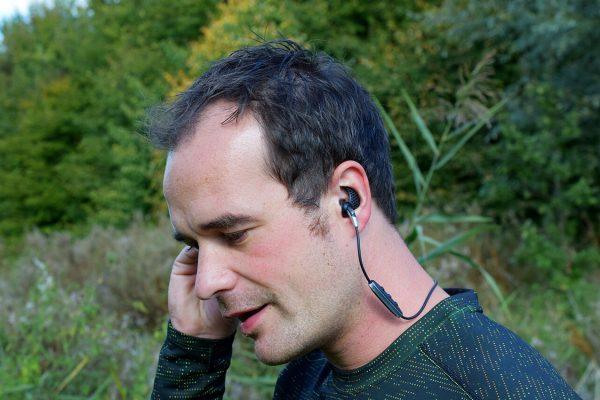 Muziek luisteren met de Jaybird Freedom hardloopoortjes
