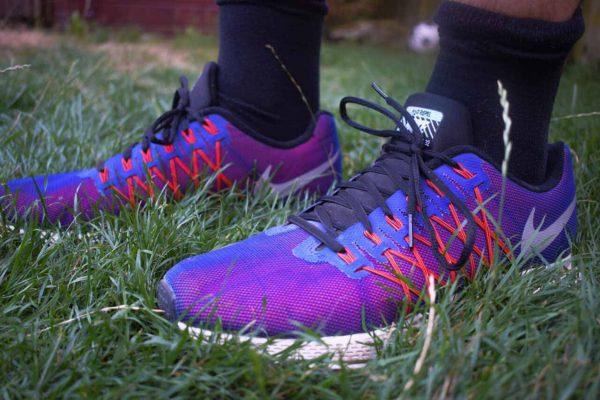 De Nike Pegasus 32 hardloopschoenen in het gras