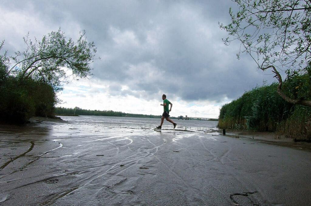 Loop ergens door water