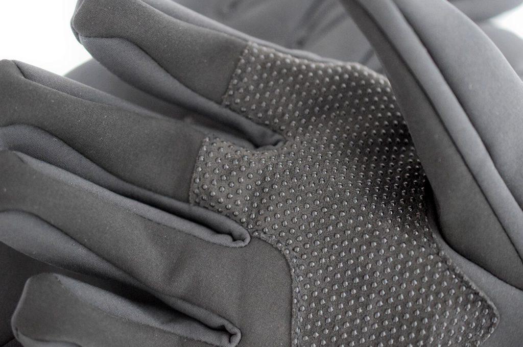 De binnenkant van de handschoen voor extra grip