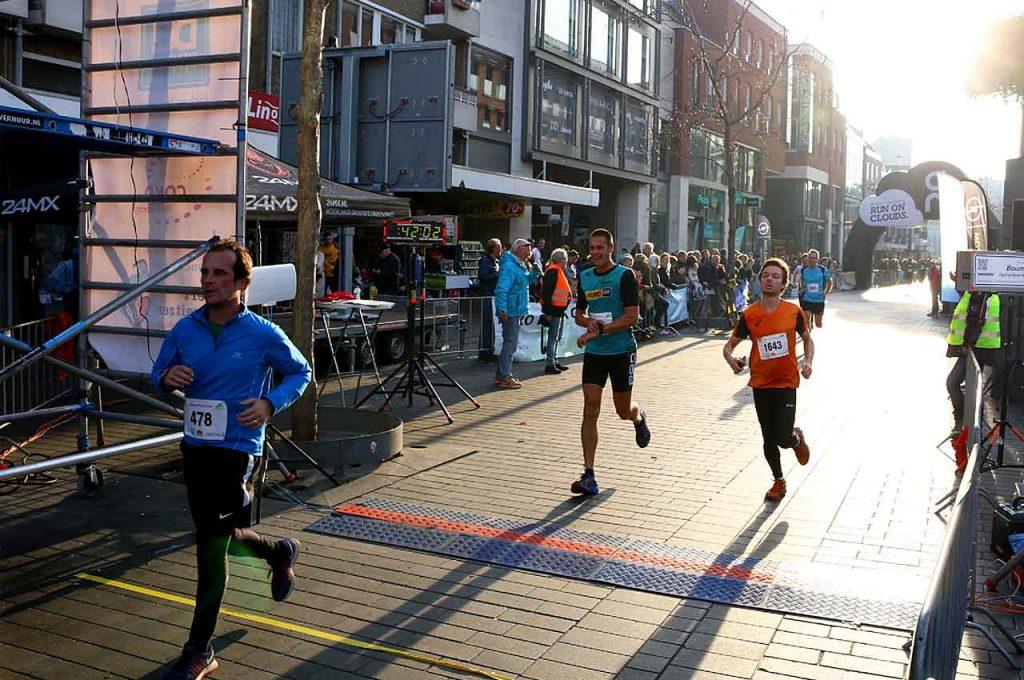 Ik kom over de finish, hardloopwedstrijd geeft extra motivatie