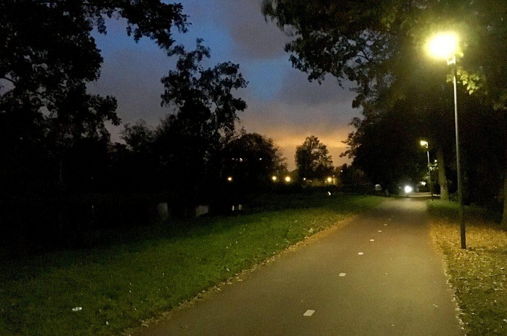 Hardlopen in het donker over een donker pad