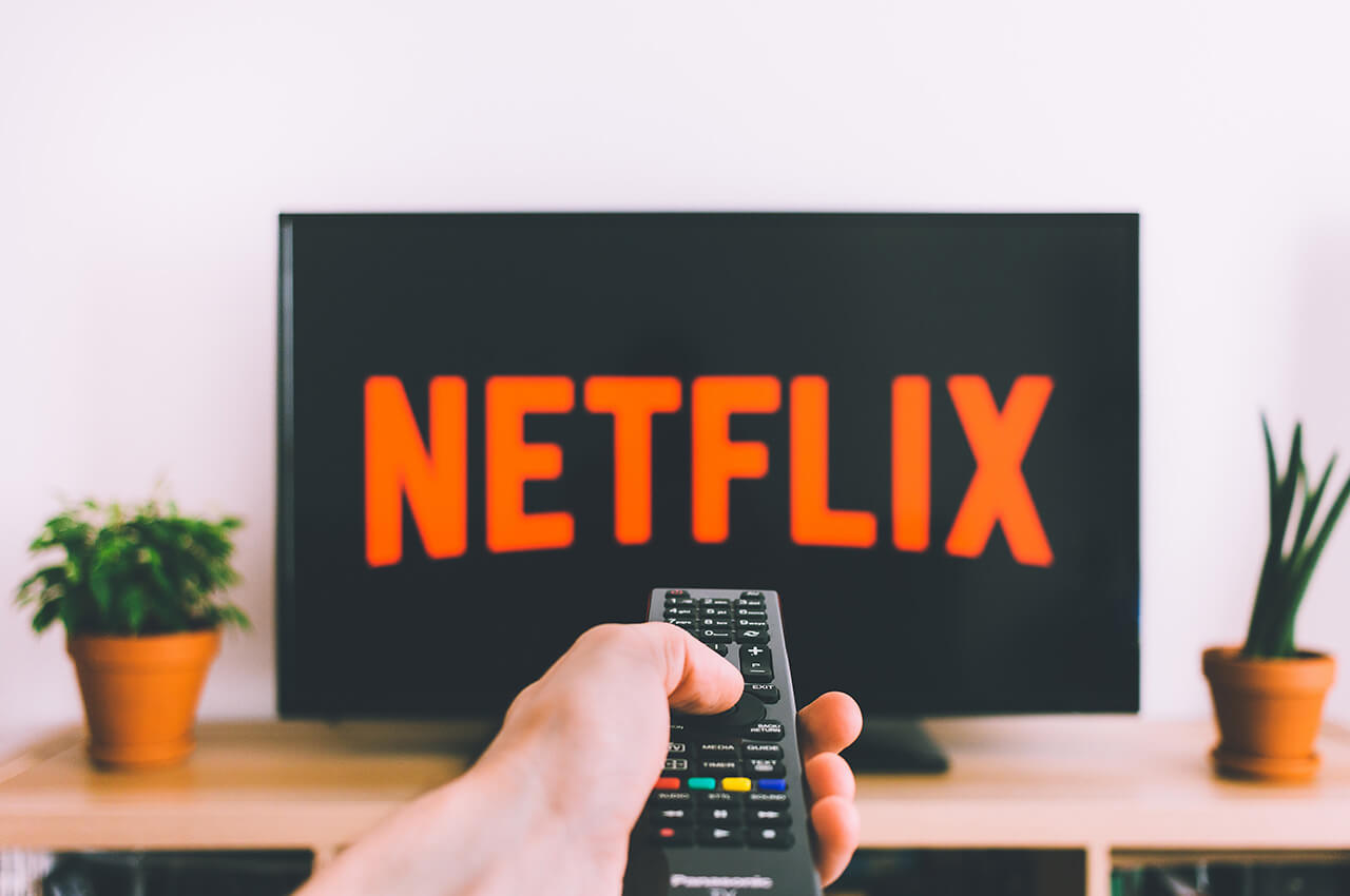 Man die op Netflix documentaires over trailrunning bekijkt