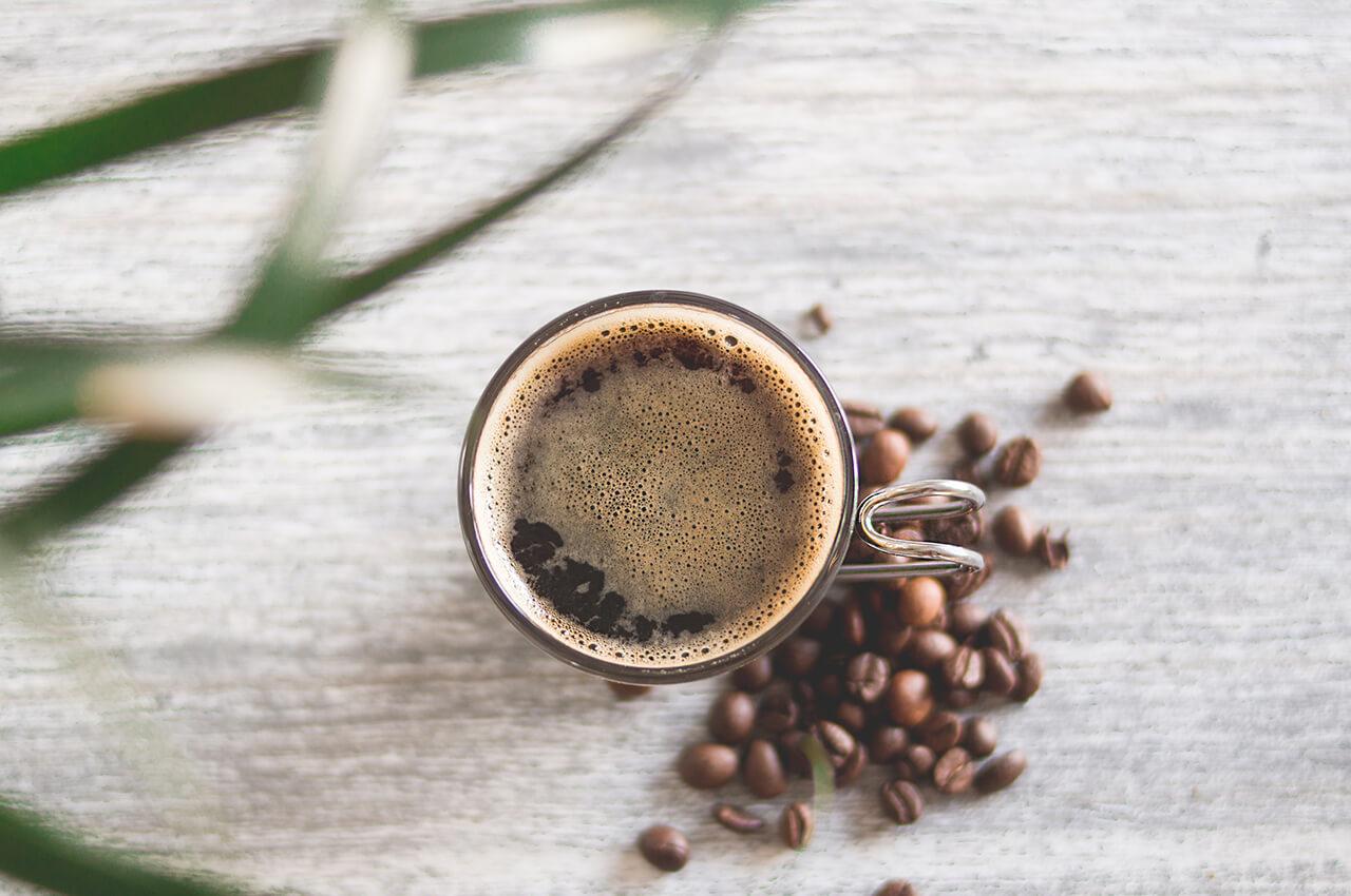 Koffie voor het hardlopen. Cafeïne is de nieuwe natuurlijk doping