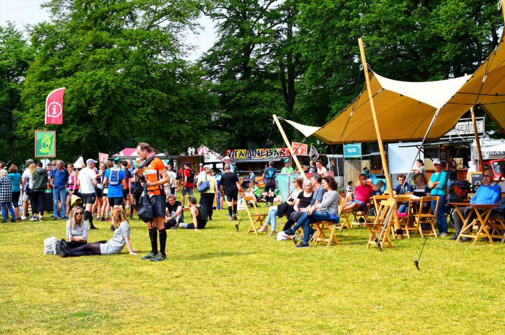 Het festivalterrein bij de start van de trailrun