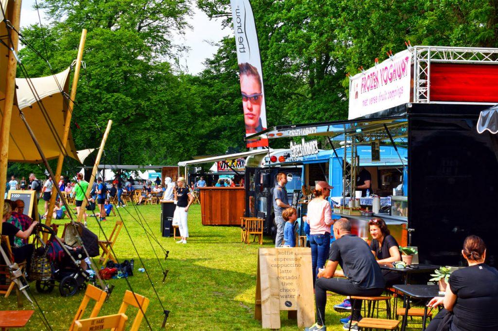 Verschillende foodtrucks op het festivalterrein