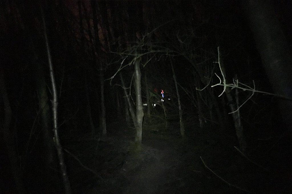 Tijdens de trailrun in mijn eentje in het donker lopen in het bos