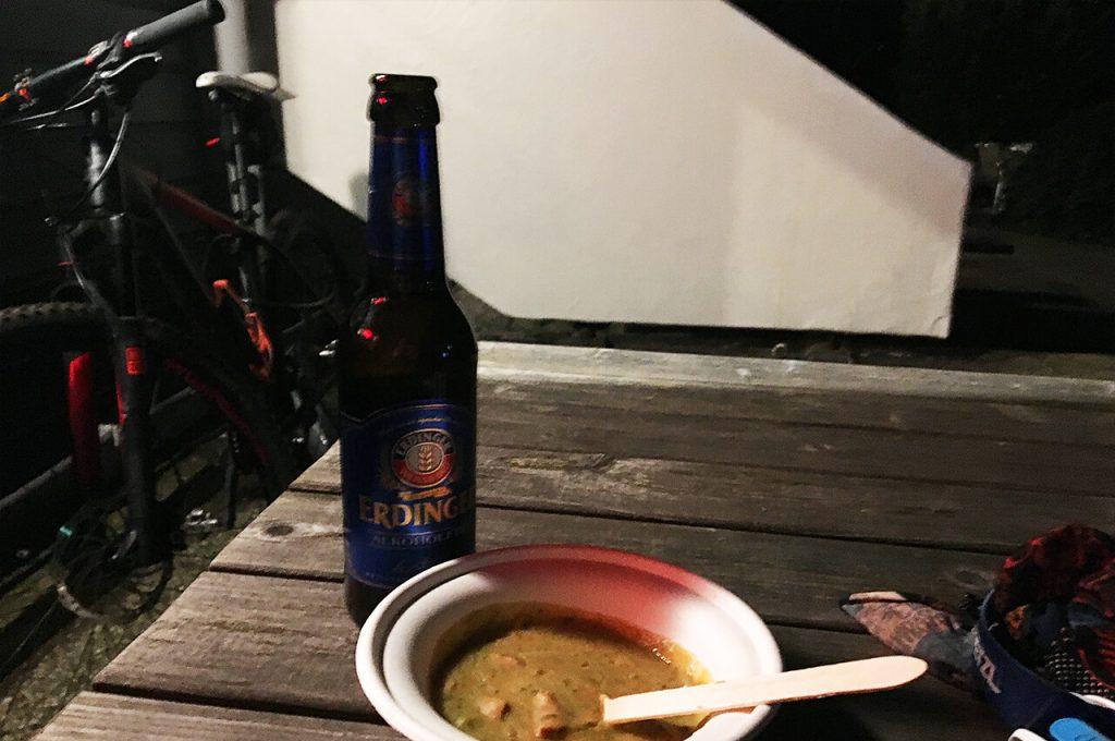 Erwtensoep en alcoholvrij bier na de finish