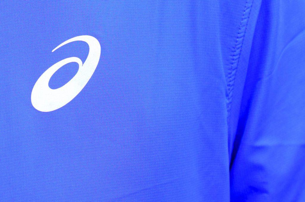 Het ASICS logo tijdens de review van de ASICS silver hardloopjack