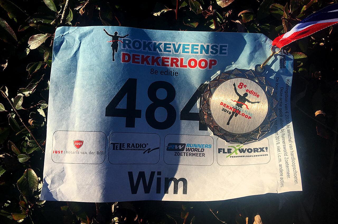 Medaille en startnummer van de Rokkeveense Dekkerloop
