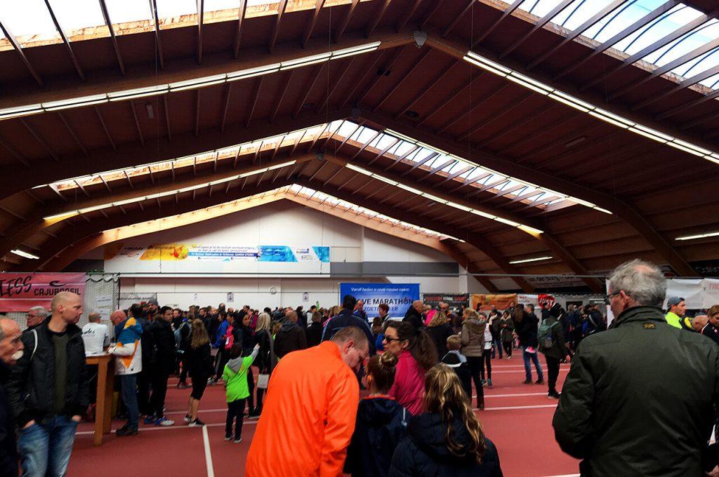 Rokkeveense Dekkerloop startnummers ophalen bij de tennisbaan