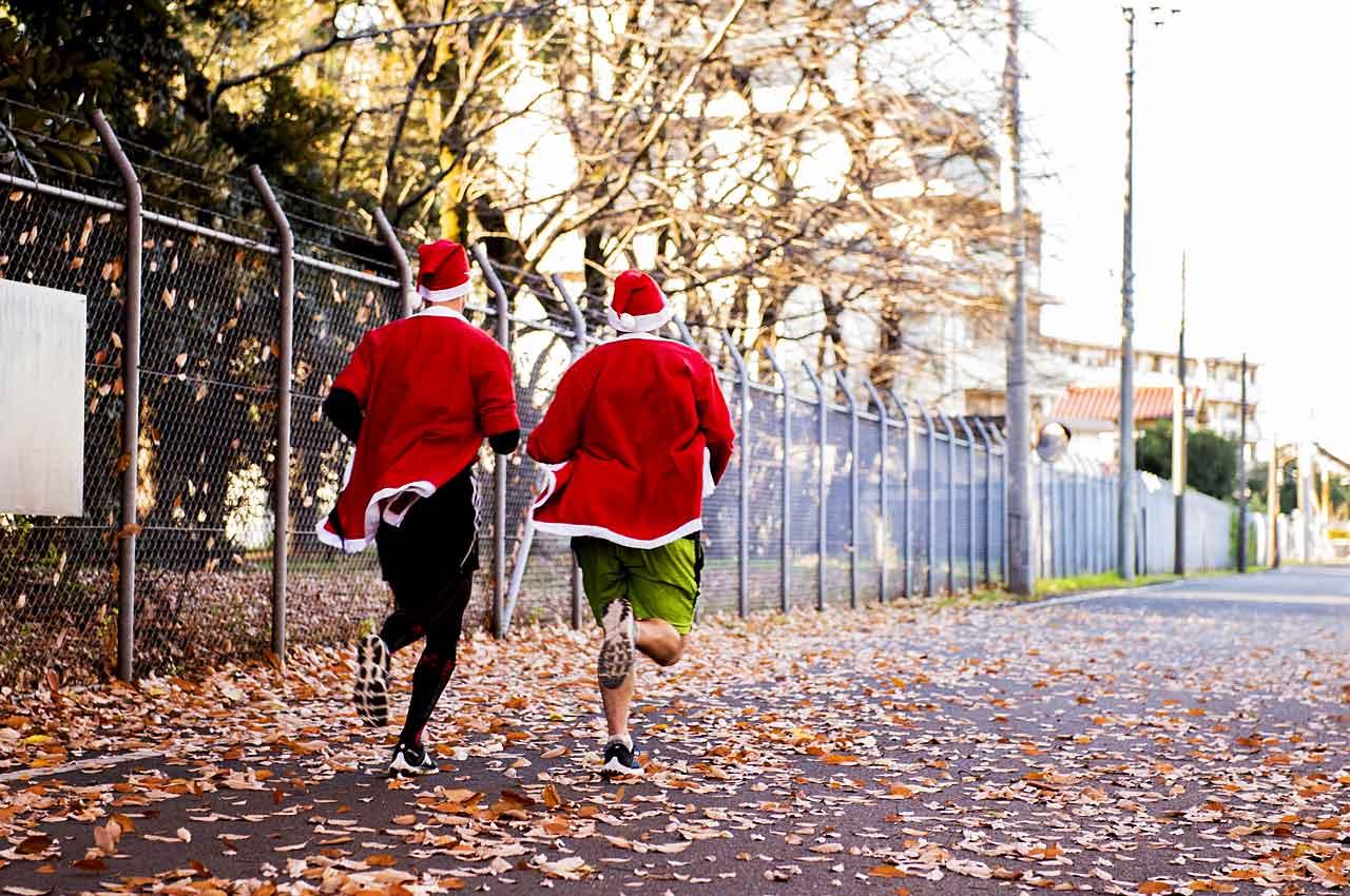 Twee kerstmannen die hardlopen tijdens een santa run