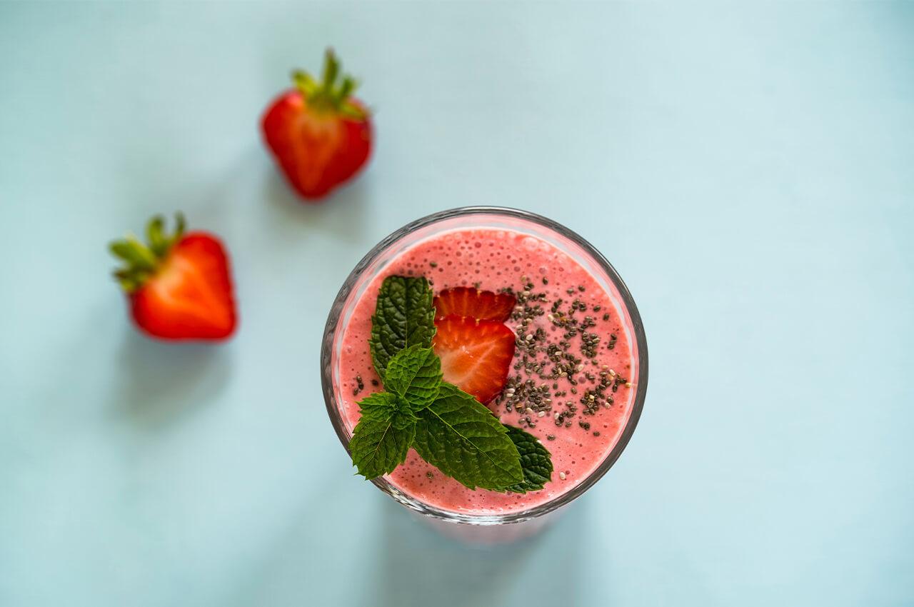 Heerlijke aardbeien smoothie na het hardlopen