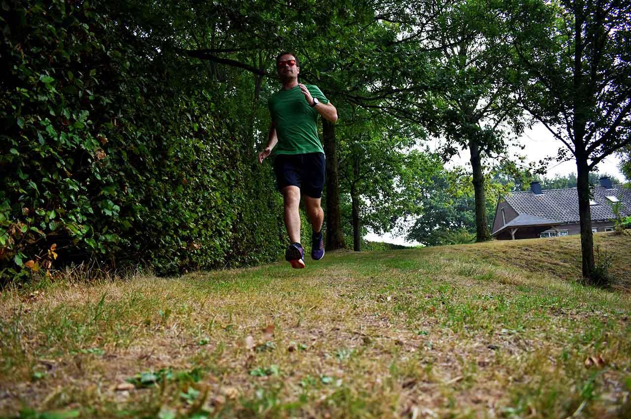 Tempoloop lopen over het gras