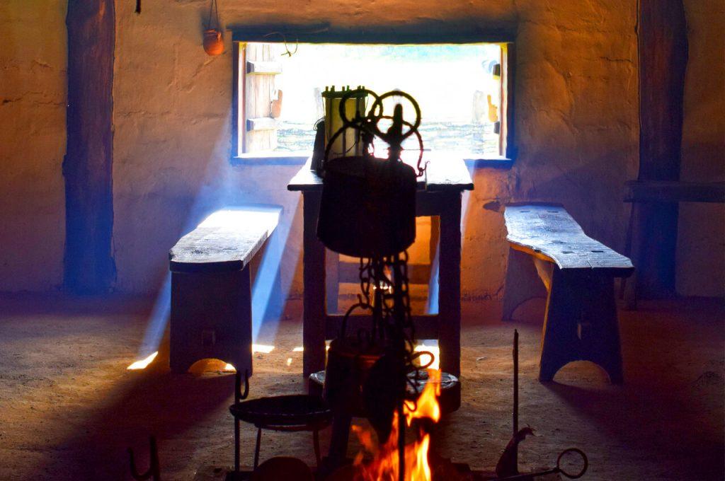 Binnen in een huis van het Vikingsdorp in Ribe