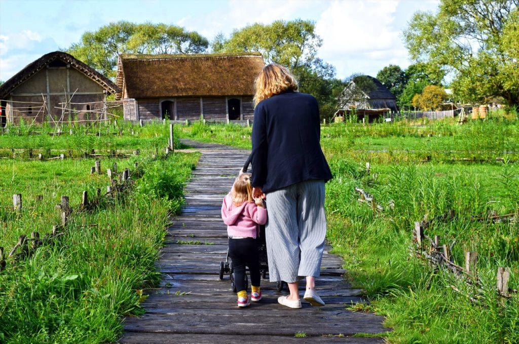 Mae en Gabriëlla in het Vikingsdorp van Ribe