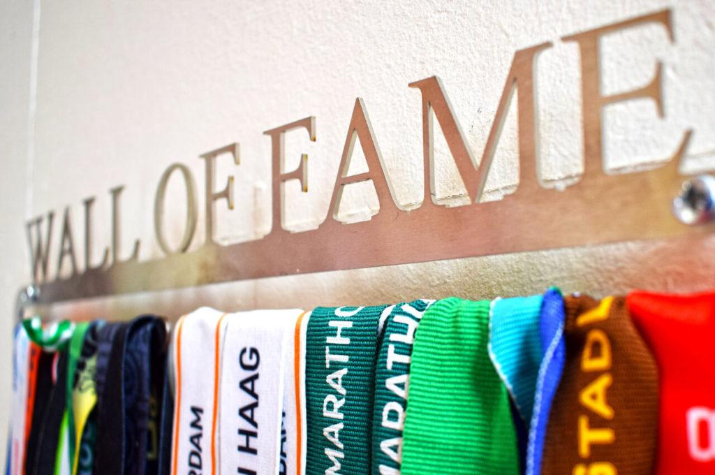 Wall of Fame met letters boven de medaillehanger