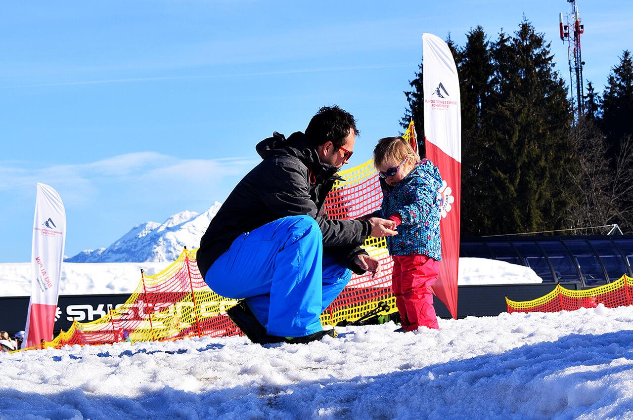 Wim met Mae in de speel aan het spelen op wintersport