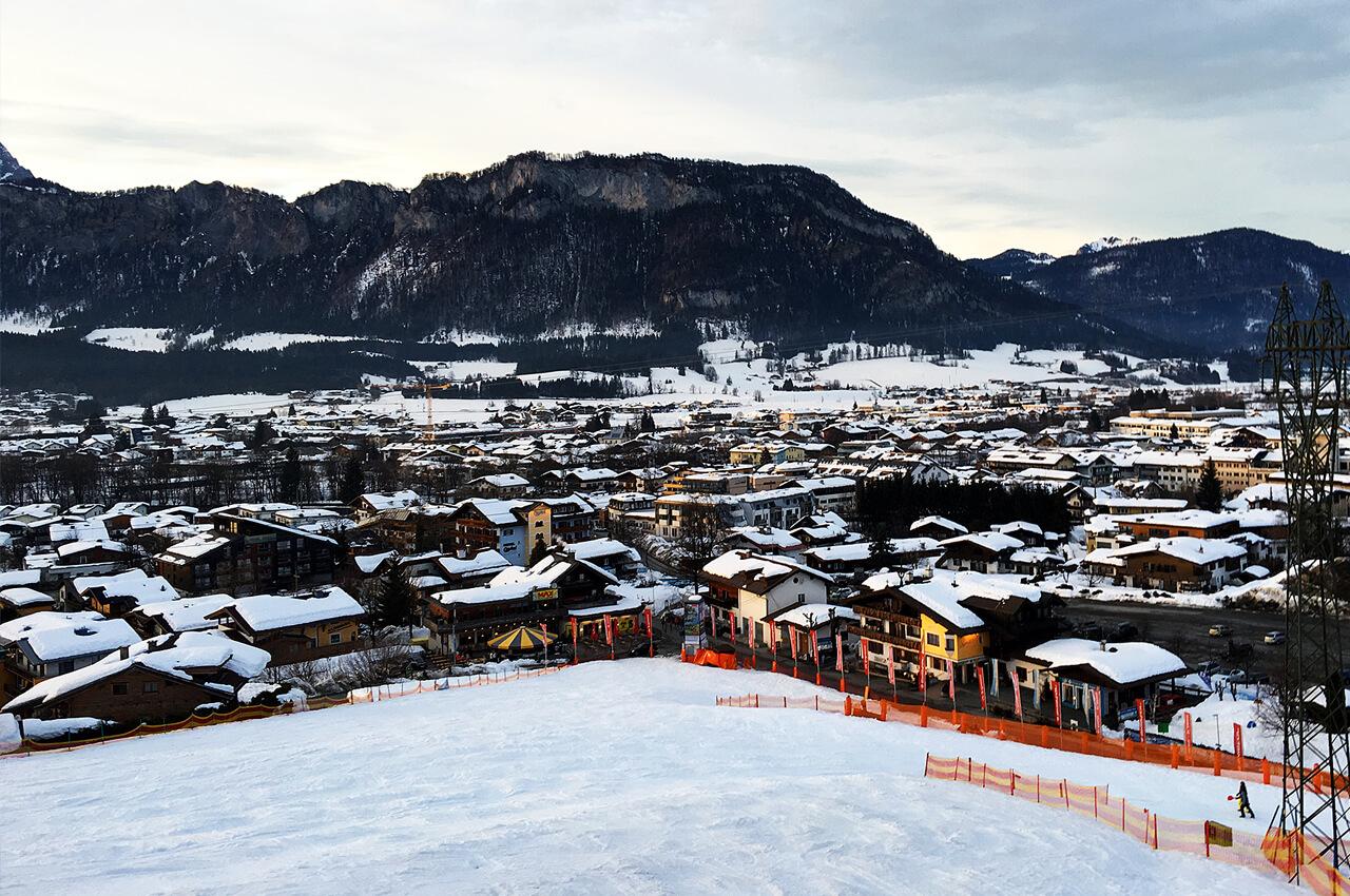 uitzicht over Sankt Johann in Tirol op wintersport