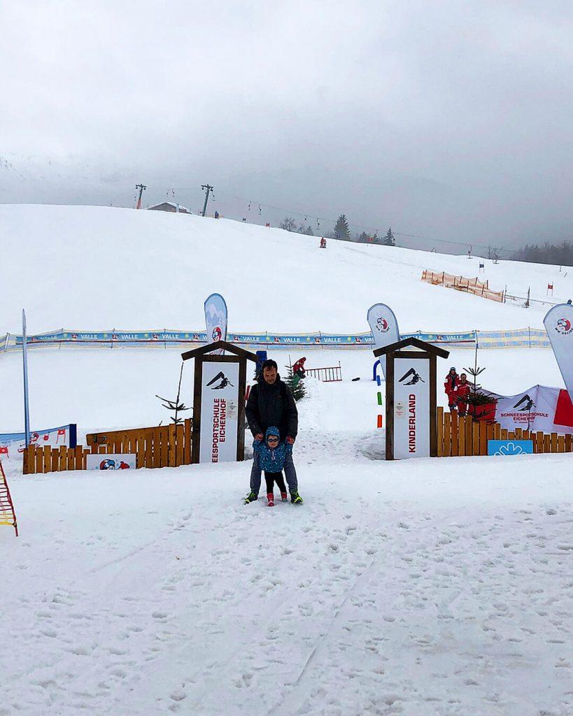 Mae met Wim in de sneeuw op wintersport