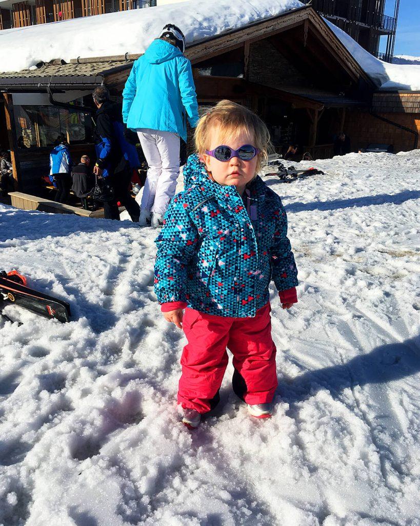 Mae met d'r coole zonnebril op wintersport