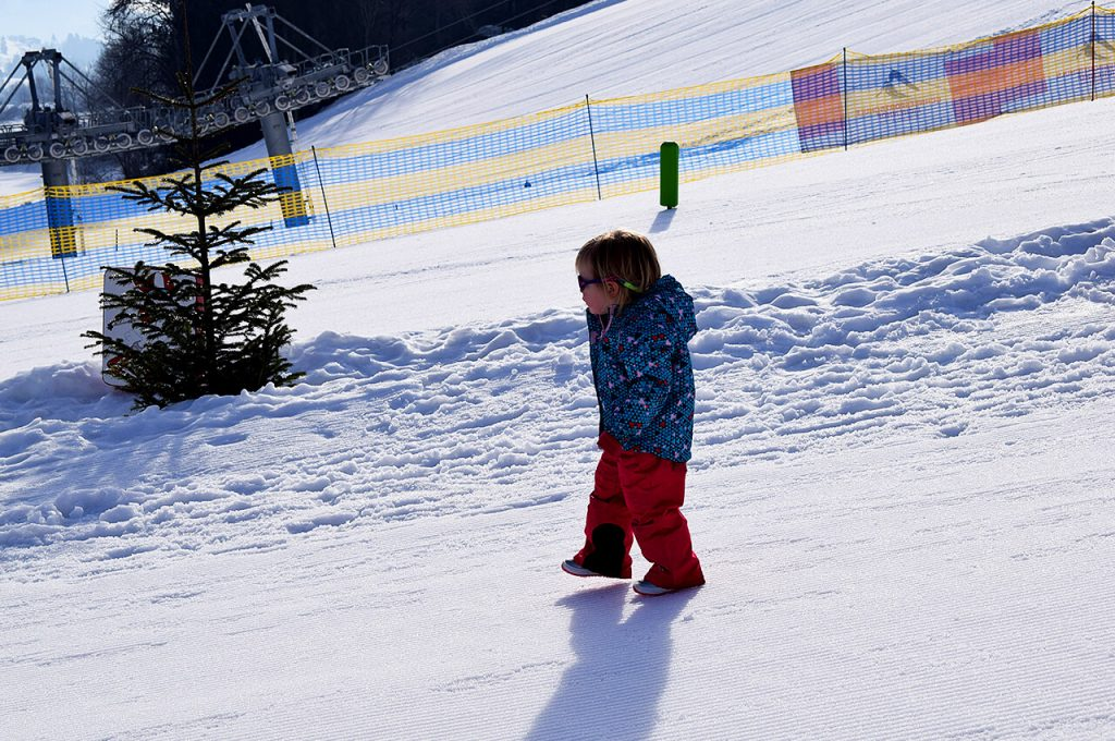 Mae in het sneeuw aan het banjeren