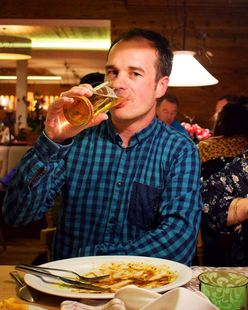 Wim bier aan het drinken op wintersport