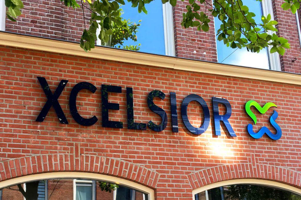 Xcelsior winkel met het logo op de voorgevel